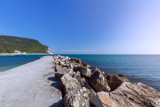 Molo marino sulla spiaggia urbani a sirolo, ancona, italia.
