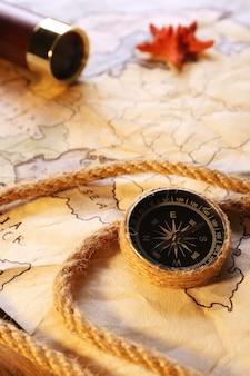 Natura morta marina con mappa del mondo su tavola di legno