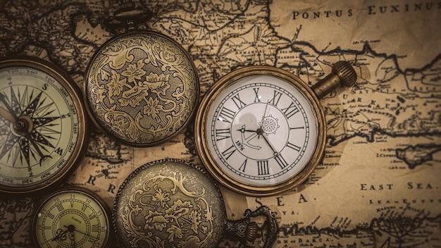 Bussola marittima e orologio sulla mappa