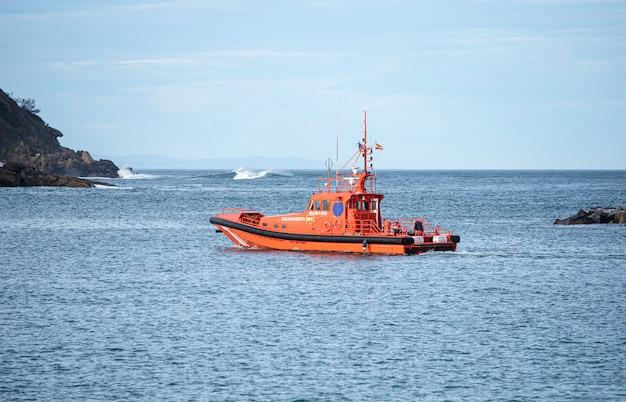 Battello di soccorso marittimo in partenza dal porto
