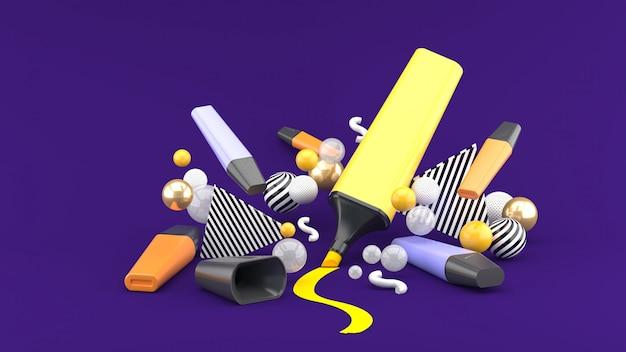 Pennarello tra palline colorate su uno spazio viola