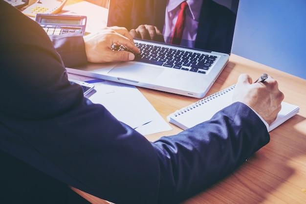 Analisi di mercato uomo d'affari facendo lavoro di ufficio