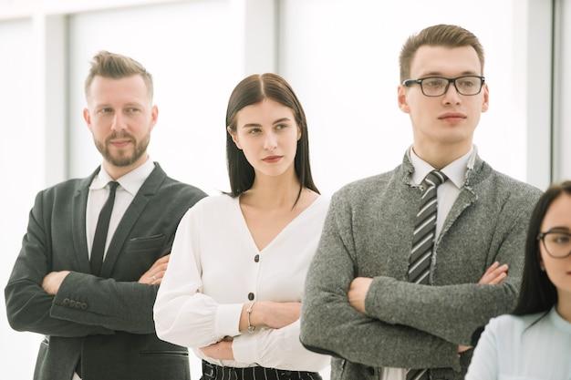 Marketer fa una presentazione per il team aziendale
