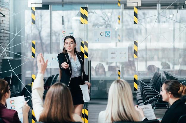 Squadra di marketing. formazione avanzata aziendale. coach che risponde alle domande dei partecipanti.