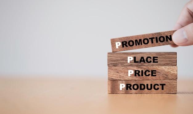 Concetto di marketing, mano che mette i cubi di legno che stampano il concetto di schermo 4p includono il prezzo del prodotto e la formulazione della promozione.