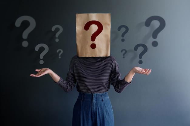 Strategia di marketing e concetto di relazione d'affari. conosci il tuo cliente. giovane cliente su borsa coperta con molti punti interrogativi