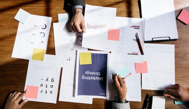 Scartoffie di strategia di marketing sul tavolo