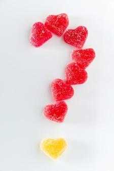 Marmellata a forma di cuore per san valentino. punto interrogativo