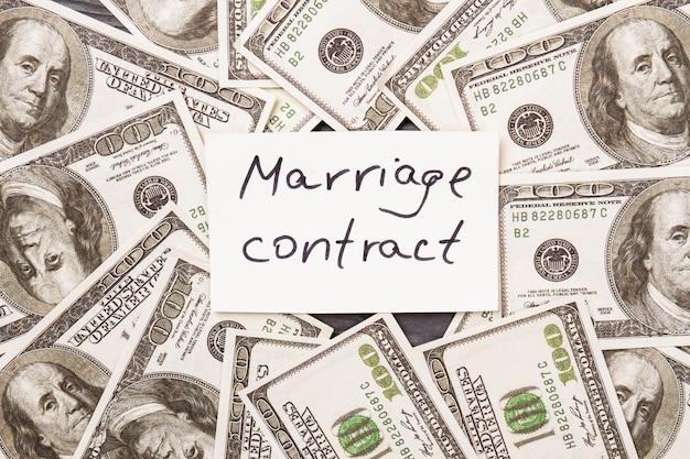 Il contratto di matrimonio e il mucchio di dollari. dollari usa, concetto di matrimonio finto.
