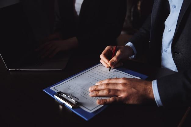 Concetto di segno del contratto di matrimonio. uomo e donna che firmano documenti.