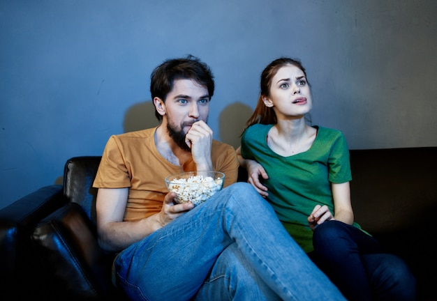 Coppia sposata sul divano a guardare la tv