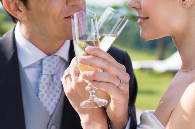 Coppia sposata bevendo champagne