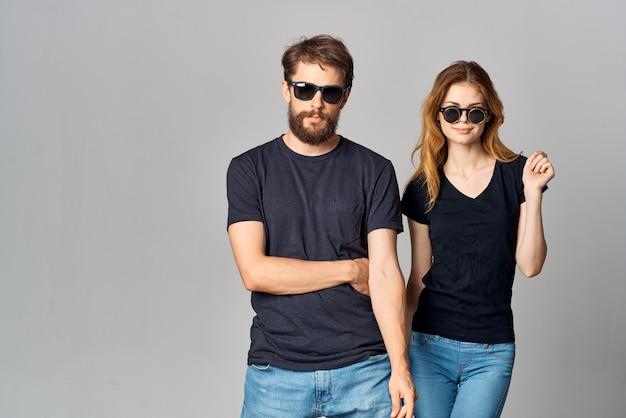 Coppia sposata amicizia comunicazione romanticismo indossando occhiali da sole sfondo chiaro. foto di alta qualità
