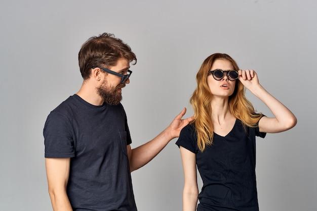 Coppia sposata amicizia comunicazione romanticismo indossando occhiali da sole stile di vita studio. foto di alta qualità