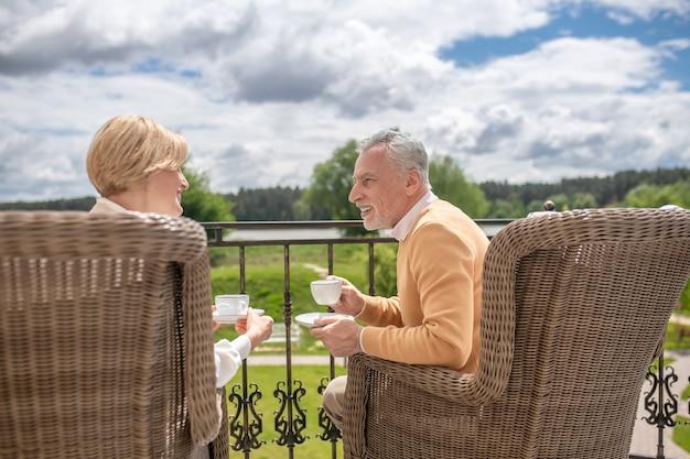 Coppia di sposi che conversano in terrazza