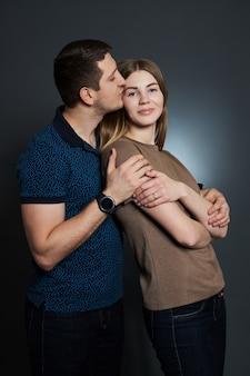 Baci e abbracci della coppia sposata. un uomo e una donna si amano