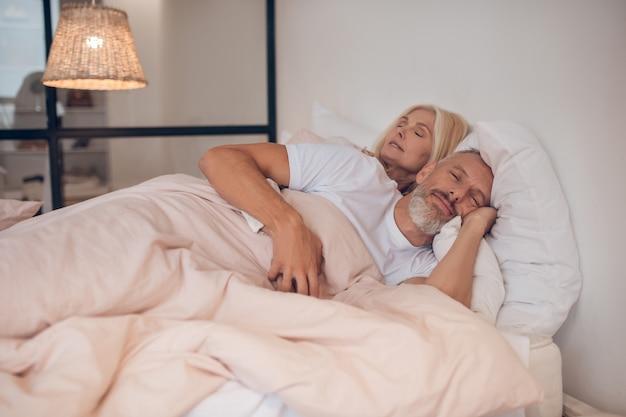 Coppia sposata che dorme pacificamente su un letto