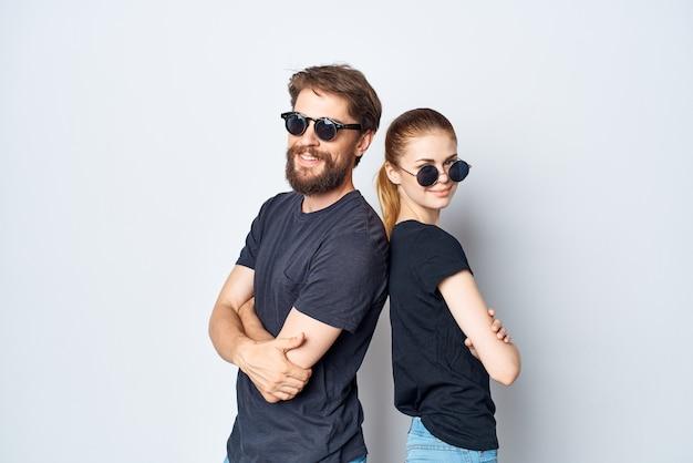 Coppia sposata che socializza insieme posando lo stile di vita dello studio di moda