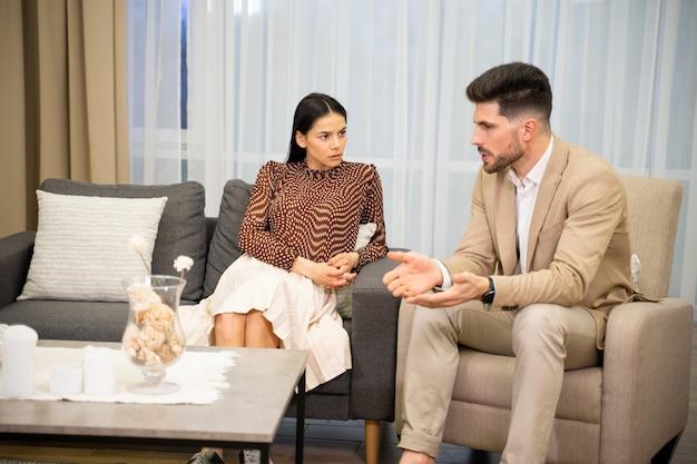 Coppia sposata moglie e marito che discutono dei loro problemi di relazione