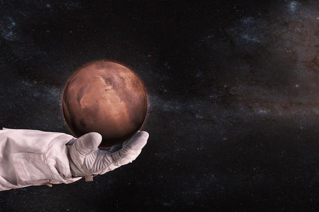 Marte nelle mani dell'astronauta
