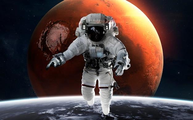 Marte con l'astronauta davanti al pianeta. sistema solare. elementi di questa immagine forniti dalla nasa