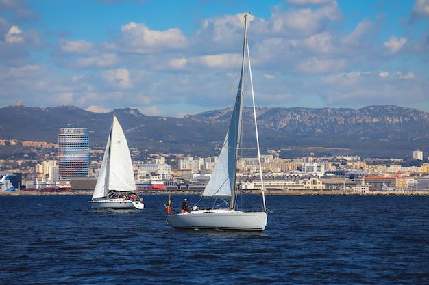 Marsiglia, francia - 6 aprile 2019: barche che navigano lontano dal vecchio porto di marsiglia