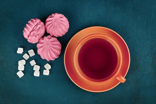 Zucchero di lecca-lecca marshmallow e una tazza di tè