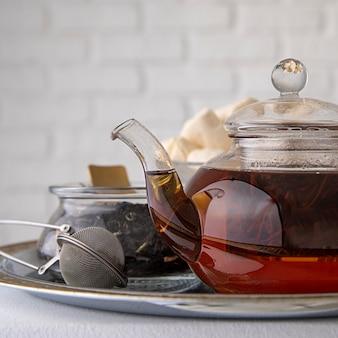 Caramella gommosa e molle in tazza di tè sulla scrivania