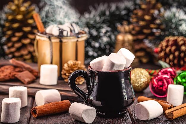 Marshmallow in tazza di porcellana antica, ambiente natalizio decorato. caramelle tipiche di natale