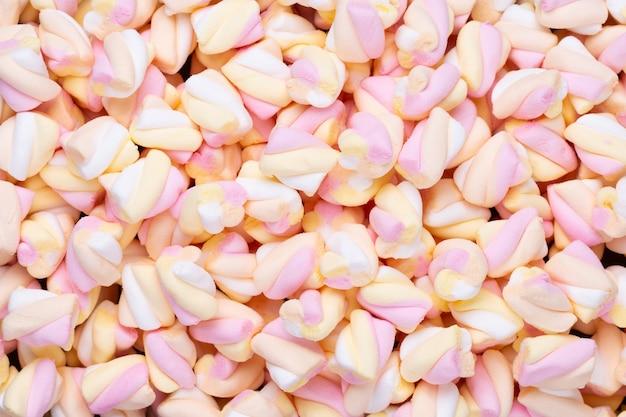 Marshmallow piatto laico o vista dall'alto. sfondo o texture di coloratissimi mini marshmallow.