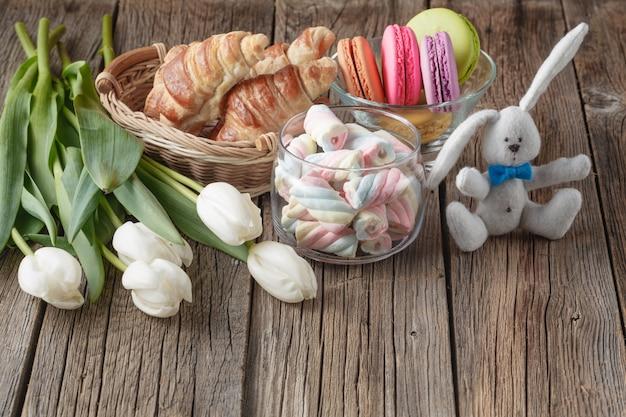 Marshmallow, macarons, cornetti e fiori di tulipano