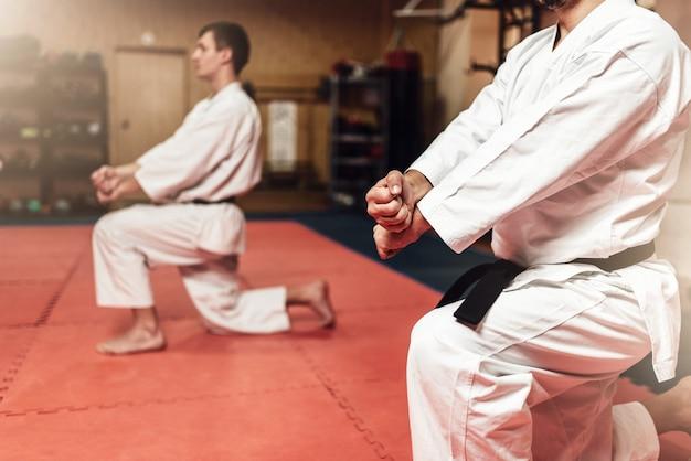 Combattenti di arti marziali in allenamento in palestra