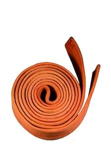 Cintura arancione di arti marziali isolata su sfondo bianco