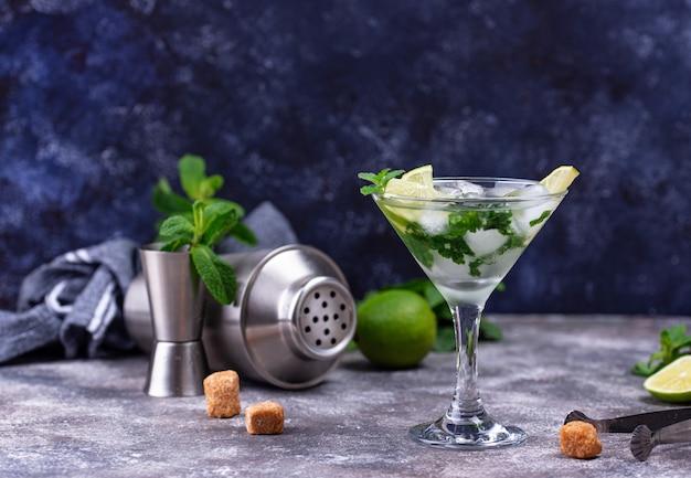 Cocktail martini con lime e menta.