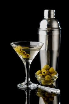 Bevanda di vermouth martini isolata su sfondo nero
