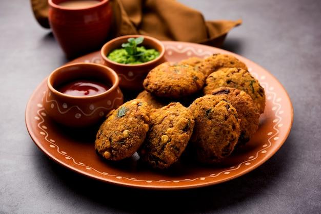 Masala chana dal vada o parippu o paruppu vadai è una ricetta di snack fritti all'ora del tè del maharashtrian e del kerala. servito in un piatto
