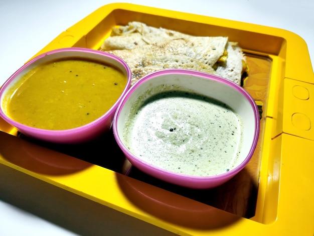 Masala dosa con sambhar e chutney, piatto molto famoso dell'india meridionale. vista dall'alto messa a fuoco selettiva