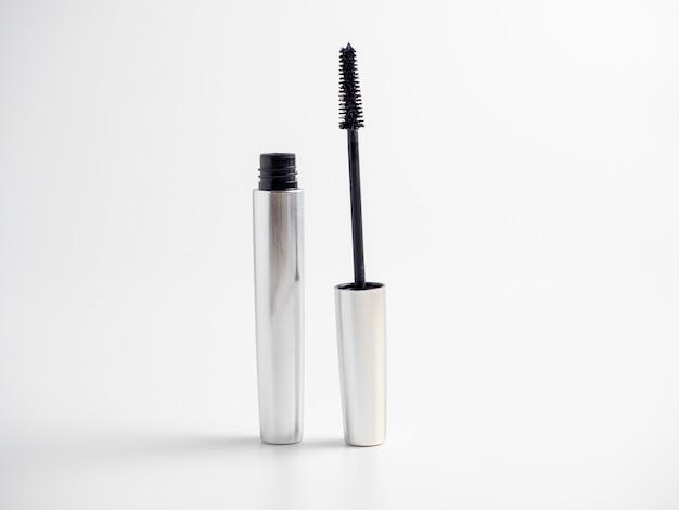 Il mascara in un tubo d'argento si trova su uno sfondo bianco