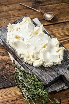 Mascarpone crema di formaggio italiano. fondo in legno. vista dall'alto.
