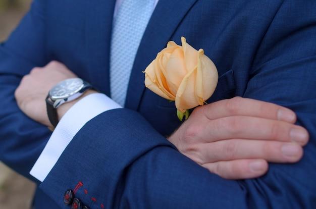 Le mani maschili tengono un abito a polsino