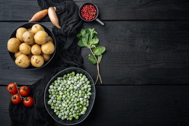 Ingredienti purè di patate alla menta, vista dall'alto, sul tavolo di legno nero