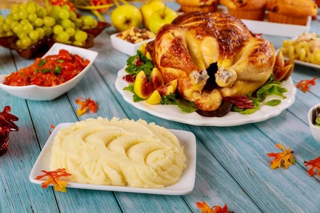 Purè di patate con pollo arrosto sul tavolo della festa.