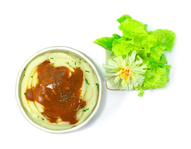 Purè di patate con salsa cremosa delizioso contorno di contorno di verdure intagliate vista dall'alto