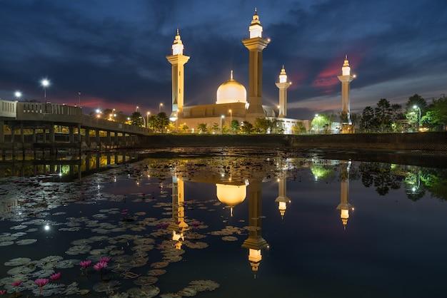 Masjid bukit jelutong a shah alam vicino kuala lumpur, malesia.