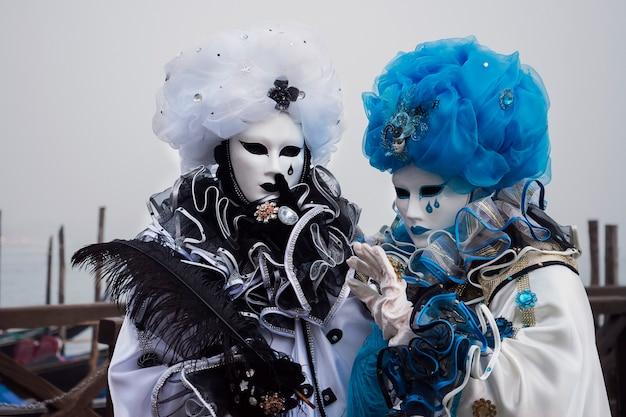 Coppia mascherata indossando costumi di carnevale