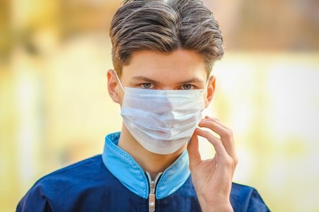 Uomo mascherato da coronavirus e aria. protezione dall'aria pm 2.5 inquinata dal virus in europa e asia