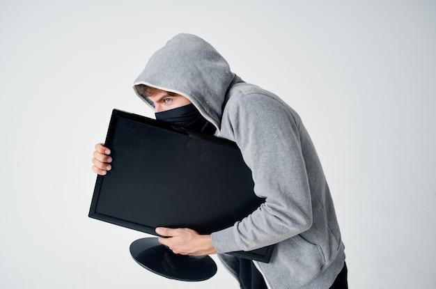 Uomo mascherato incappucciato testa hacking tecnologia sicurezza sfondo chiaro. foto di alta qualità