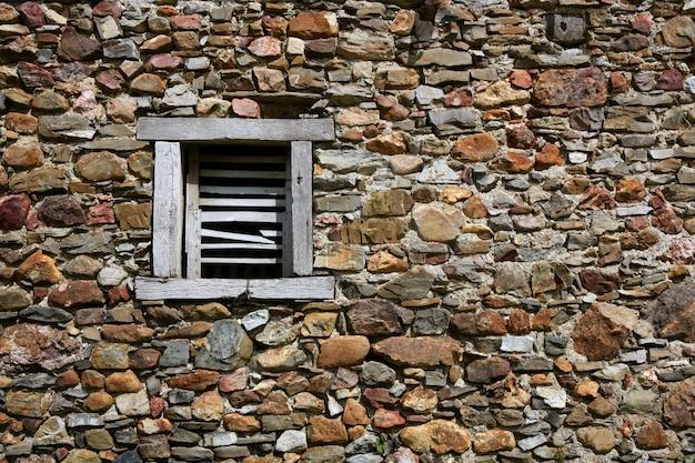 Casa dei muri di pietra della massoneria in navarra pirenei spagna