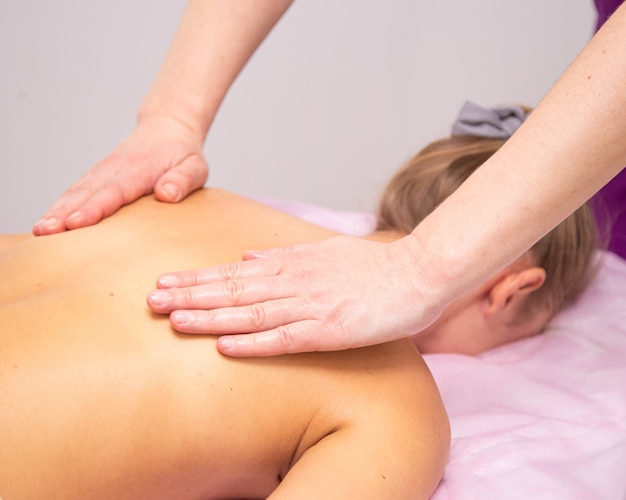 Massaggio closeup cosmetologo procedura digitopressione drenaggio linfatico