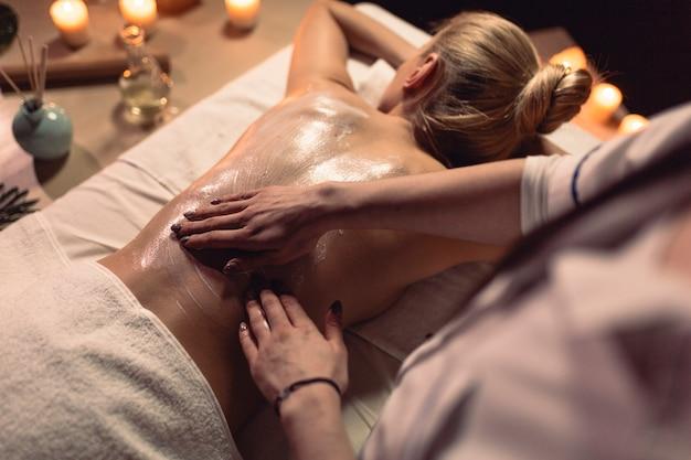 Massaggi il concetto con la donna che si trova giù